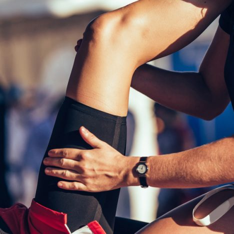 Physiotherapeut massiert Muskel